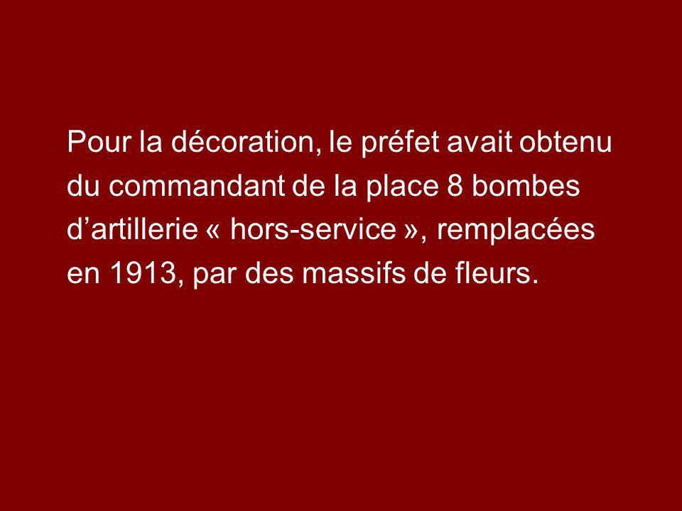 Pour la décoration, le préfet avait obtenu du commandant de la place 8 bombes dartillerie « hors-service », remplacées en 1913, par des massifs de fle