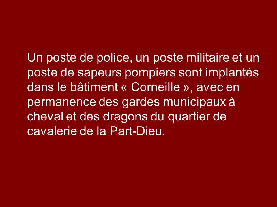 Un poste de police, un poste militaire et un poste de sapeurs pompiers sont implantés dans le bâtiment « Corneille », avec en permanence des gardes mu