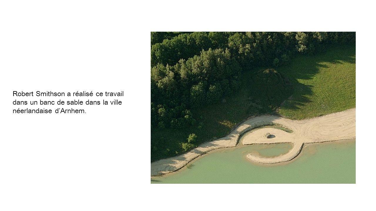 Robert Smithson a réalisé ce travail dans un banc de sable dans la ville néerlandaise dArnhem.
