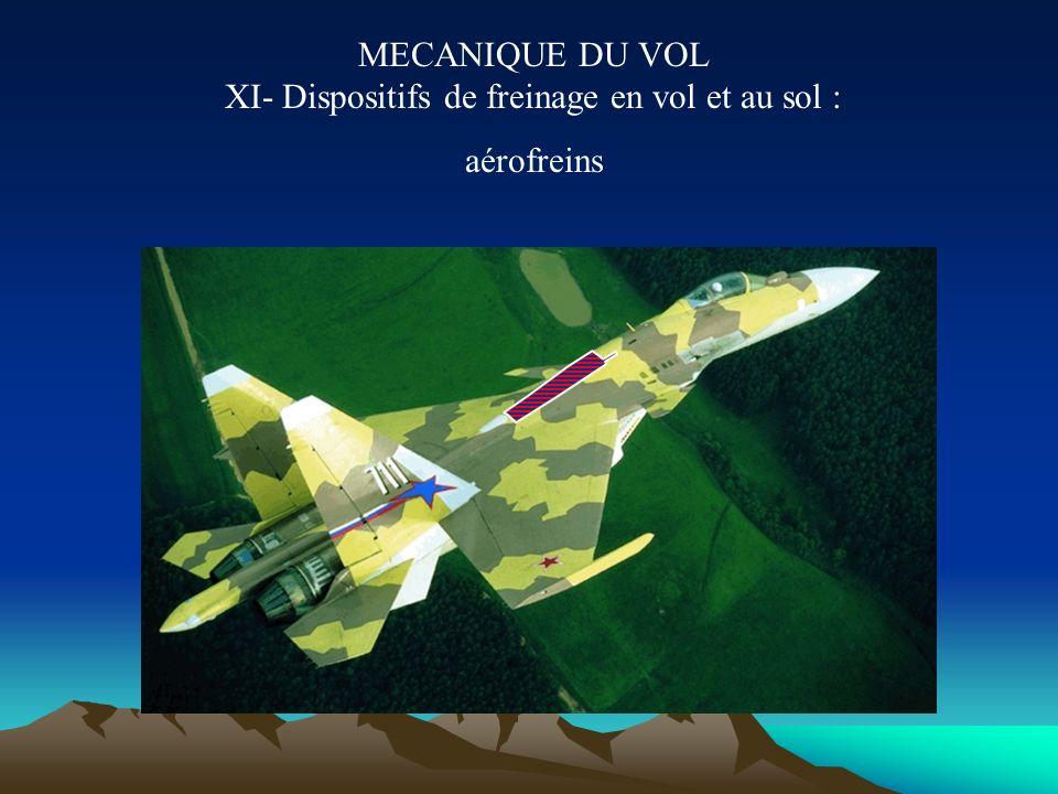 MECANIQUE DU VOL Xb- Dispositifs de freinage au sol : inverseurs Tout ou partie de la poussée est déviée vers l avant. parachute Certains avions milit