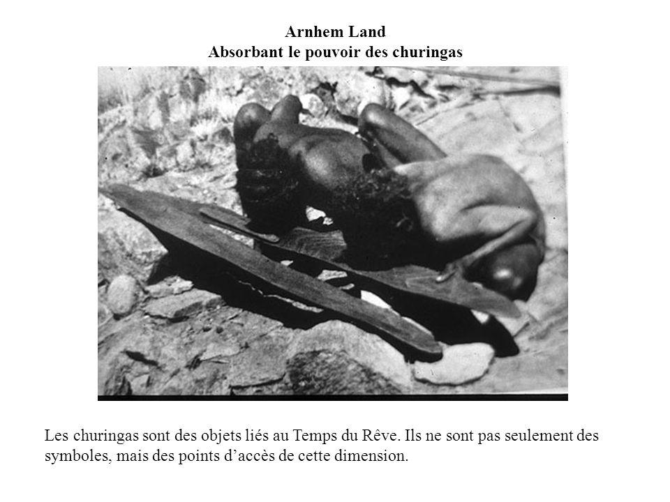 Arnhem Land Absorbant le pouvoir des churingas Les churingas sont des objets liés au Temps du Rêve. Ils ne sont pas seulement des symboles, mais des p