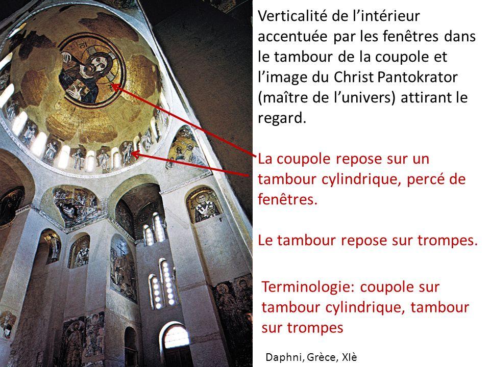 Verticalité de lintérieur accentuée par les fenêtres dans le tambour de la coupole et limage du Christ Pantokrator (maître de lunivers) attirant le re