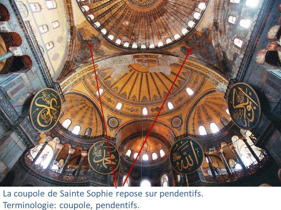 La coupole de Sainte Sophie repose sur pendentifs. Terminologie: coupole, pendentifs.
