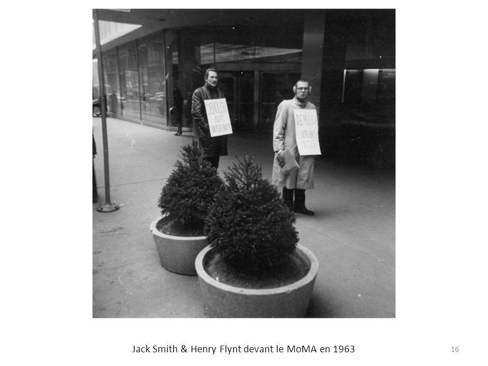 Jack Smith & Henry Flynt devant le MoMA en 1963 16