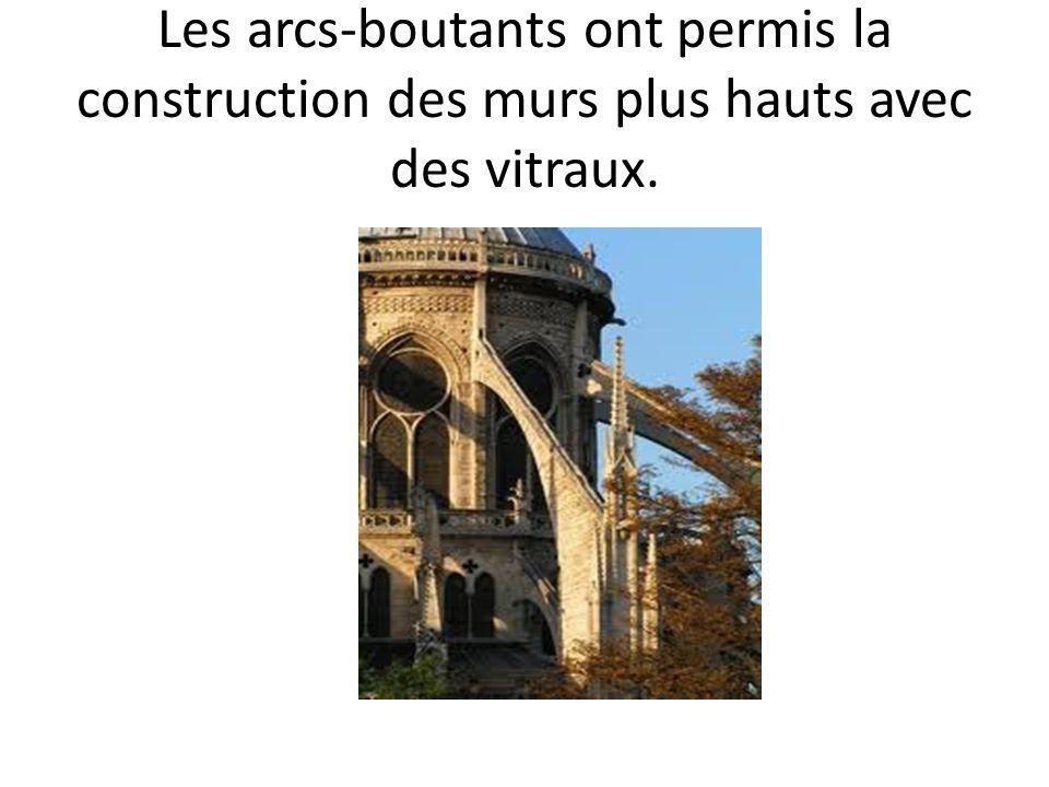 Les arcs-boutants ont permis la construction des murs plus hauts avec des vitraux.