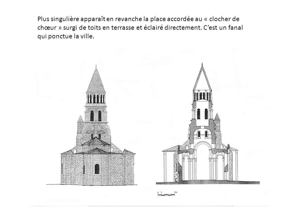 Plus singulière apparaît en revanche la place accordée au « clocher de chœur » surgi de toits en terrasse et éclairé directement.