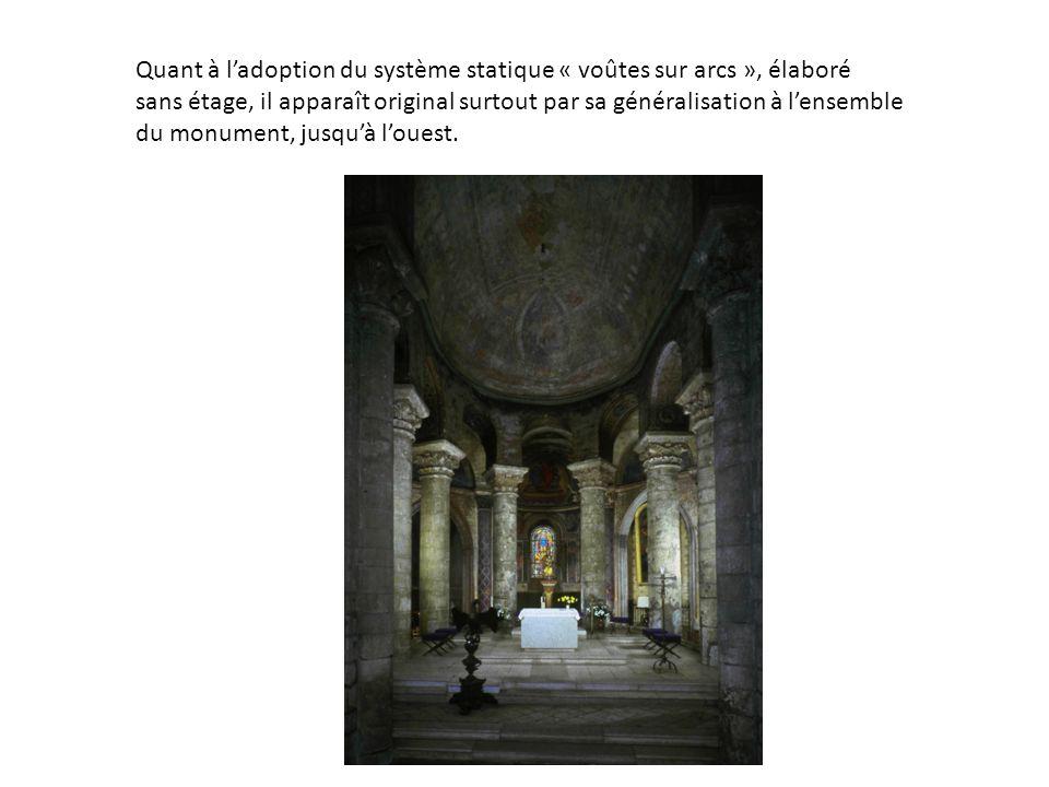 Quant à ladoption du système statique « voûtes sur arcs », élaboré sans étage, il apparaît original surtout par sa généralisation à lensemble du monument, jusquà louest.