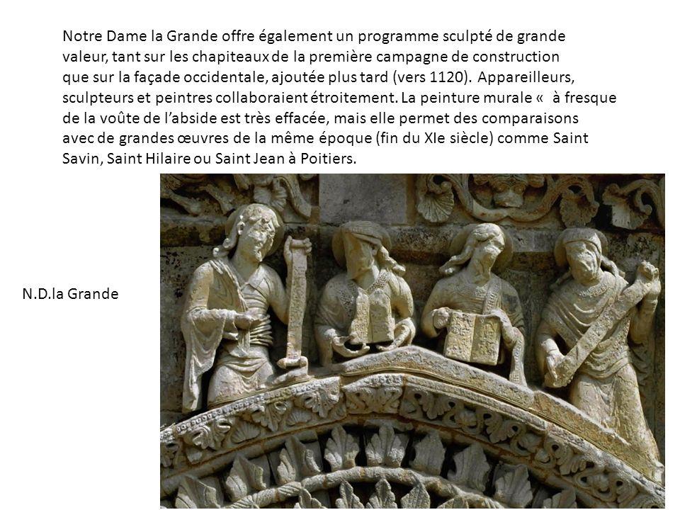 Notre Dame la Grande offre également un programme sculpté de grande valeur, tant sur les chapiteaux de la première campagne de construction que sur la façade occidentale, ajoutée plus tard (vers 1120).