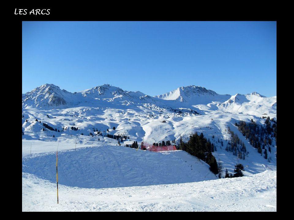 Depuis 2004, lartiste anglais Simon Beck parcourt la station Les Arcs en Savoie en France par temps de neige et pratique lart de la neige, en dessinan