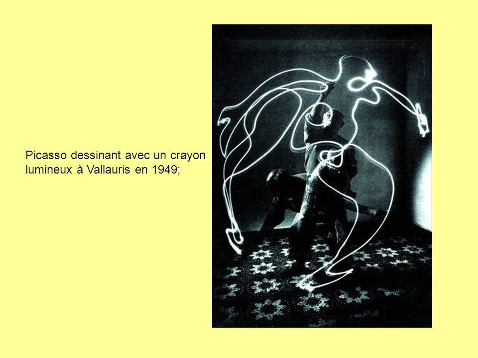 Picasso dessinant avec un crayon lumineux à Vallauris en 1949;