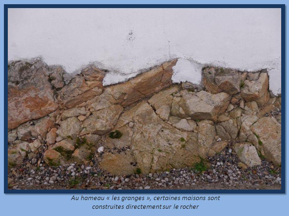 Au hameau « les granges », certaines maisons sont construites directement sur le rocher