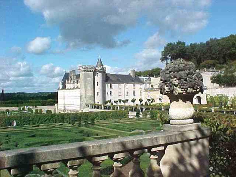 Achevé vers 1536, Villandry est le dernier des grands châteaux bâtis sur les bords de la Loire, dans le plus pur style de la Renaissance.