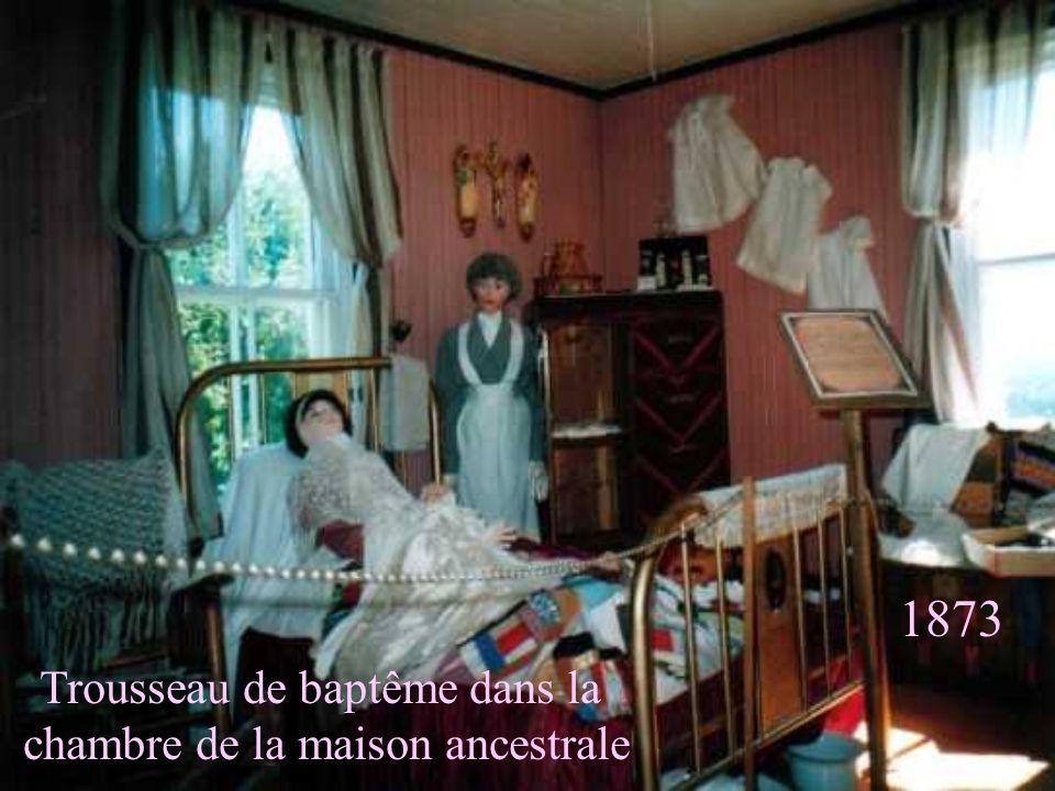 Trousseau de baptême dans la chambre de la maison ancestrale 1873