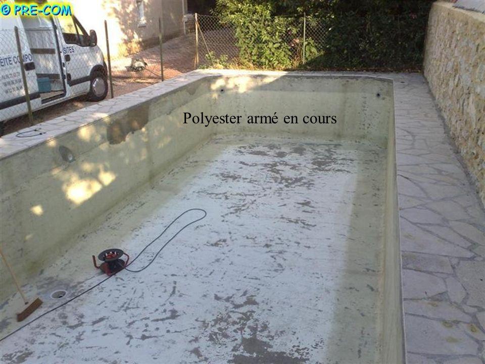 Le polyester armé est appliqué sur tout lensemble. Ce procédé est idéal pour une ancienne piscine