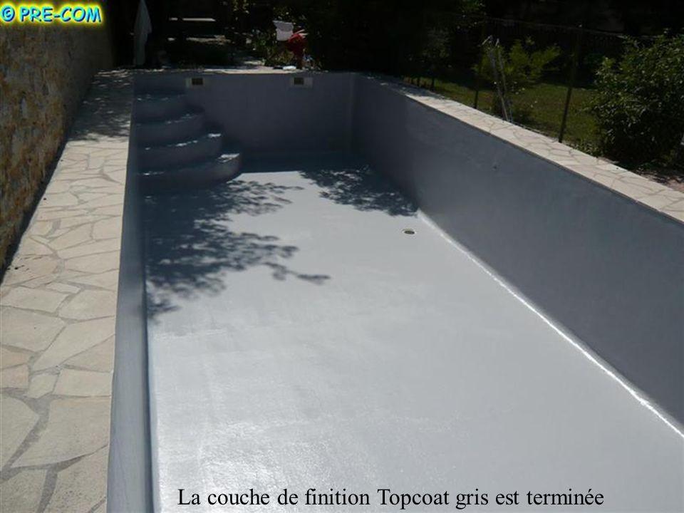 La couche de finition Topcoat gris est appliquée