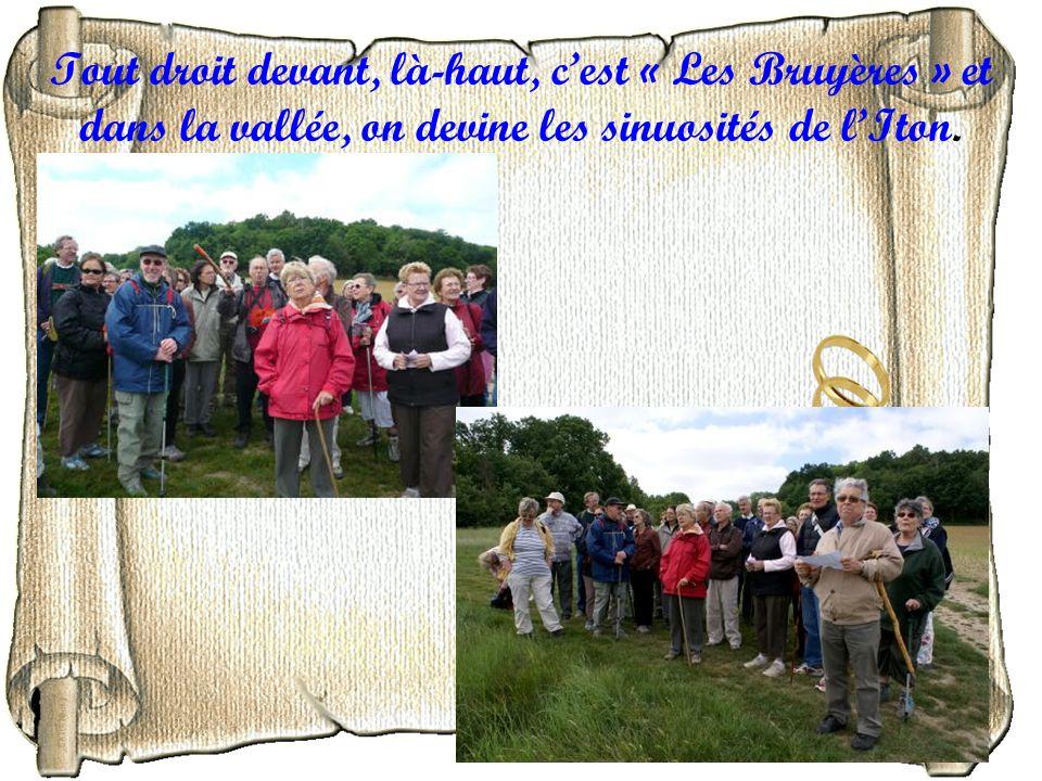 Tout droit devant, là-haut, cest « Les Bruyères » et dans la vallée, on devine les sinuosités de lIton.