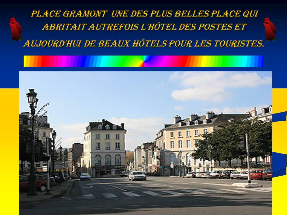 Place Gramont une des plus belles place qui abritait autrefois l'hôtel des Postes et aujourd'hui de beaux hôtels pour les touristes.