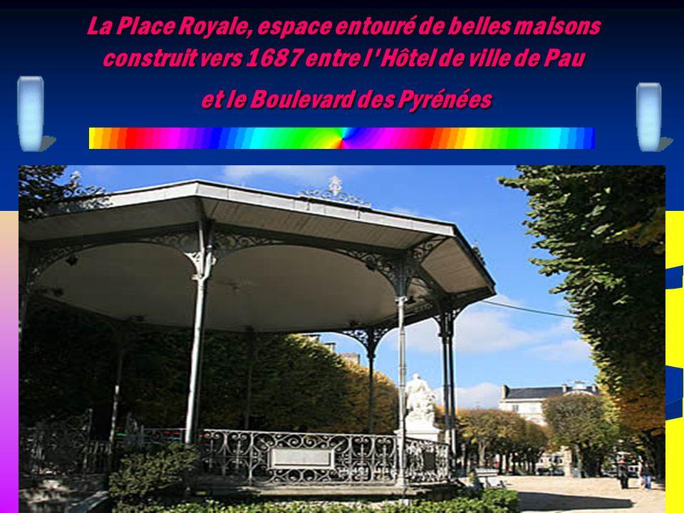 La Place Royale, espace entouré de belles maisons construit vers 1687 entre l'Hôtel de ville de Pau et le Boulevard des Pyrénées