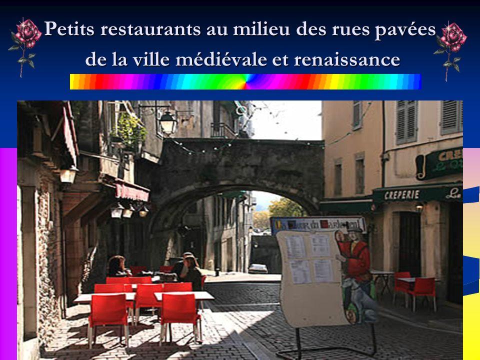 Petits restaurants au milieu des rues pavées de la ville médiévale et renaissance