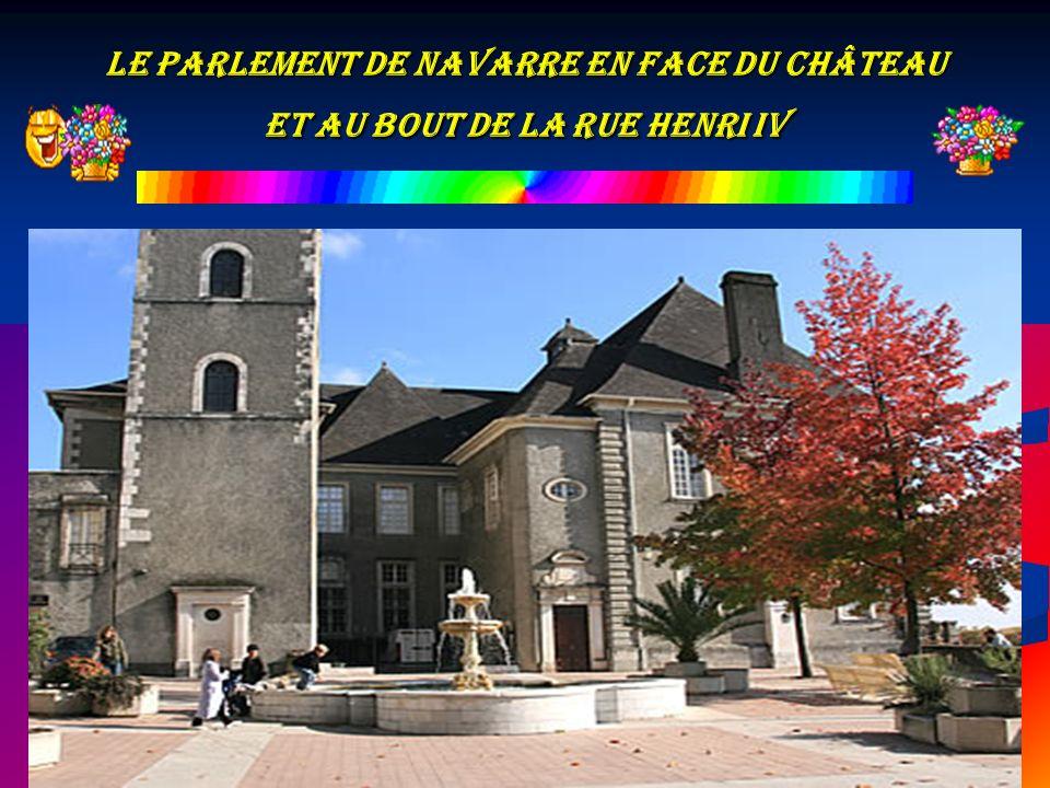Le parlement de Navarre en face du Château et au bout de la rue Henri IV