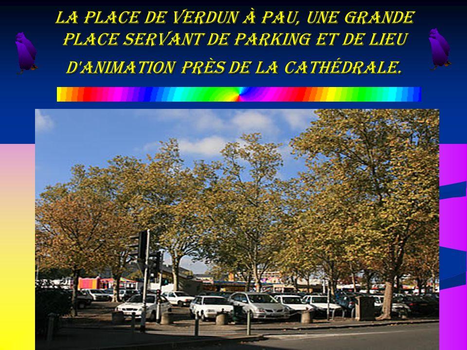 La place de Verdun à Pau, une grande place servant de Parking et de lieu d'animation près de la Cathédrale.