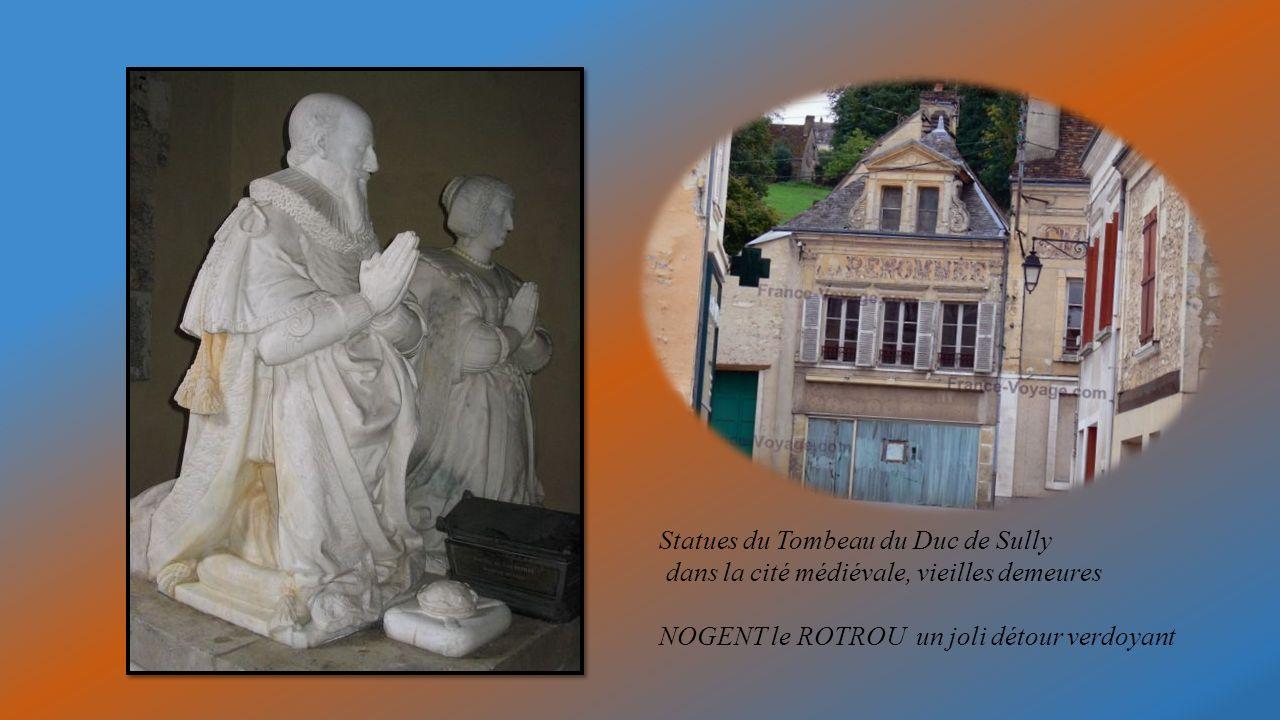 Statues du Tombeau du Duc de Sully dans la cité médiévale, vieilles demeures NOGENT le ROTROU un joli détour verdoyant