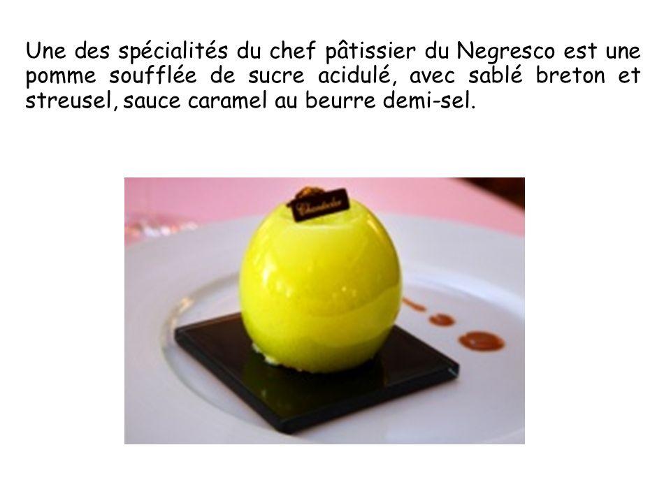 Une des spécialités du chef pâtissier du Negresco est une pomme soufflée de sucre acidulé, avec sablé breton et streusel, sauce caramel au beurre demi