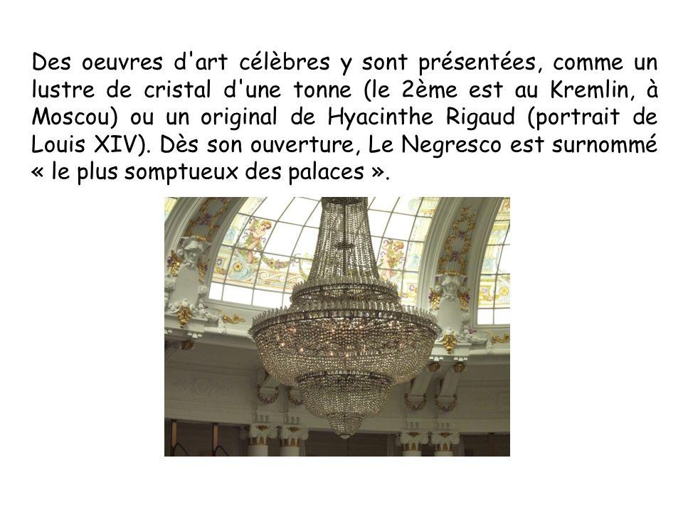 Des oeuvres d'art célèbres y sont présentées, comme un lustre de cristal d'une tonne (le 2ème est au Kremlin, à Moscou) ou un original de Hyacinthe Ri