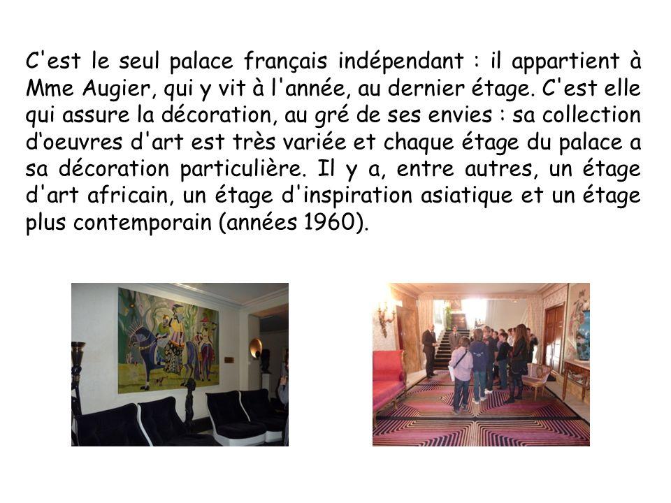 C'est le seul palace français indépendant : il appartient à Mme Augier, qui y vit à l'année, au dernier étage. C'est elle qui assure la décoration, au