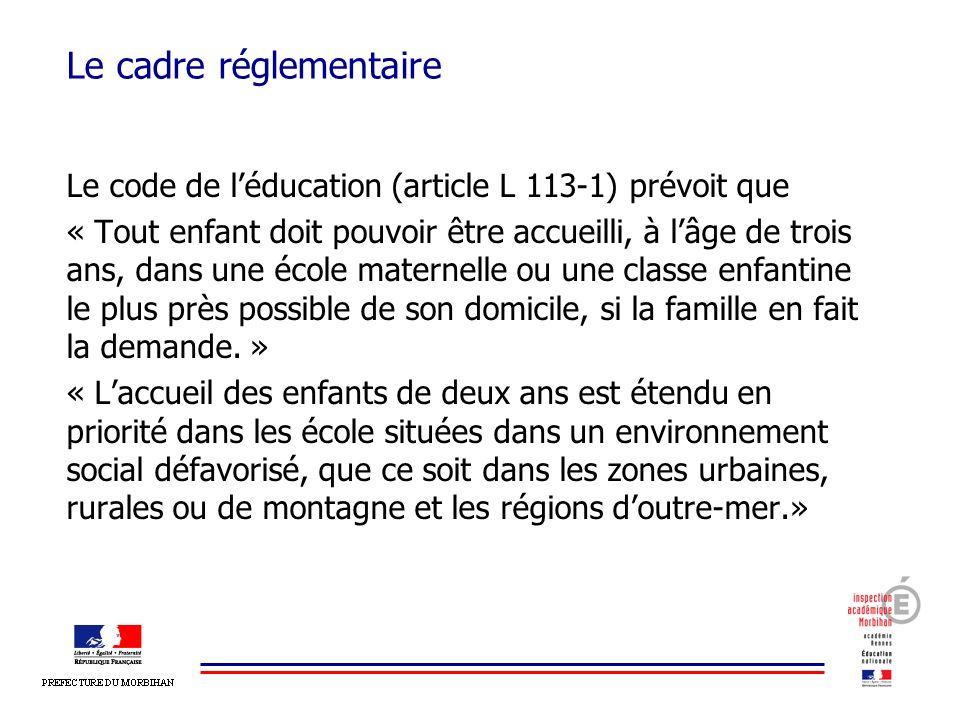 Le cadre réglementaire Le code de léducation (article L 113-1) prévoit que « Tout enfant doit pouvoir être accueilli, à lâge de trois ans, dans une éc