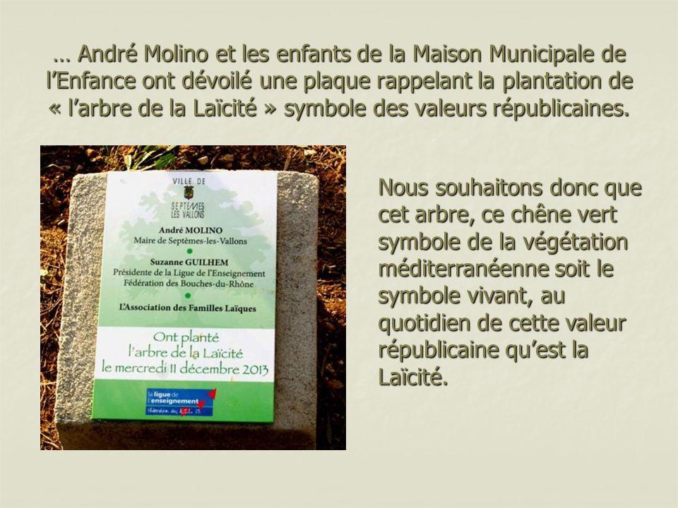 … André Molino et les enfants de la Maison Municipale de lEnfance ont dévoilé une plaque rappelant la plantation de « larbre de la Laïcité » symbole des valeurs républicaines.