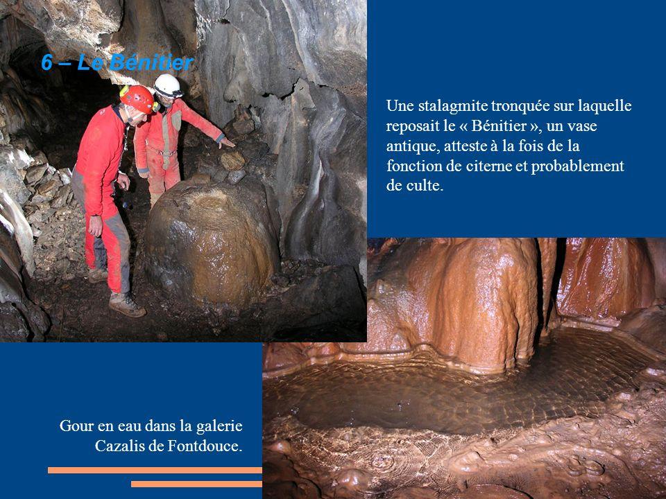 Une stalagmite tronquée sur laquelle reposait le « Bénitier », un vase antique, atteste à la fois de la fonction de citerne et probablement de culte.