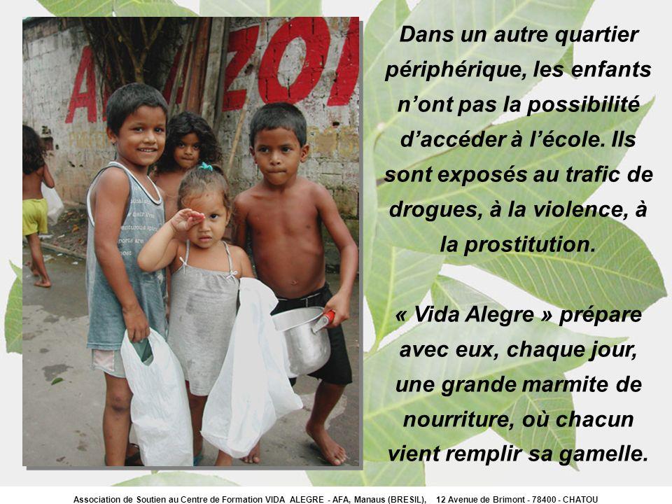 Dans un autre quartier périphérique, les enfants nont pas la possibilité daccéder à lécole. Ils sont exposés au trafic de drogues, à la violence, à la