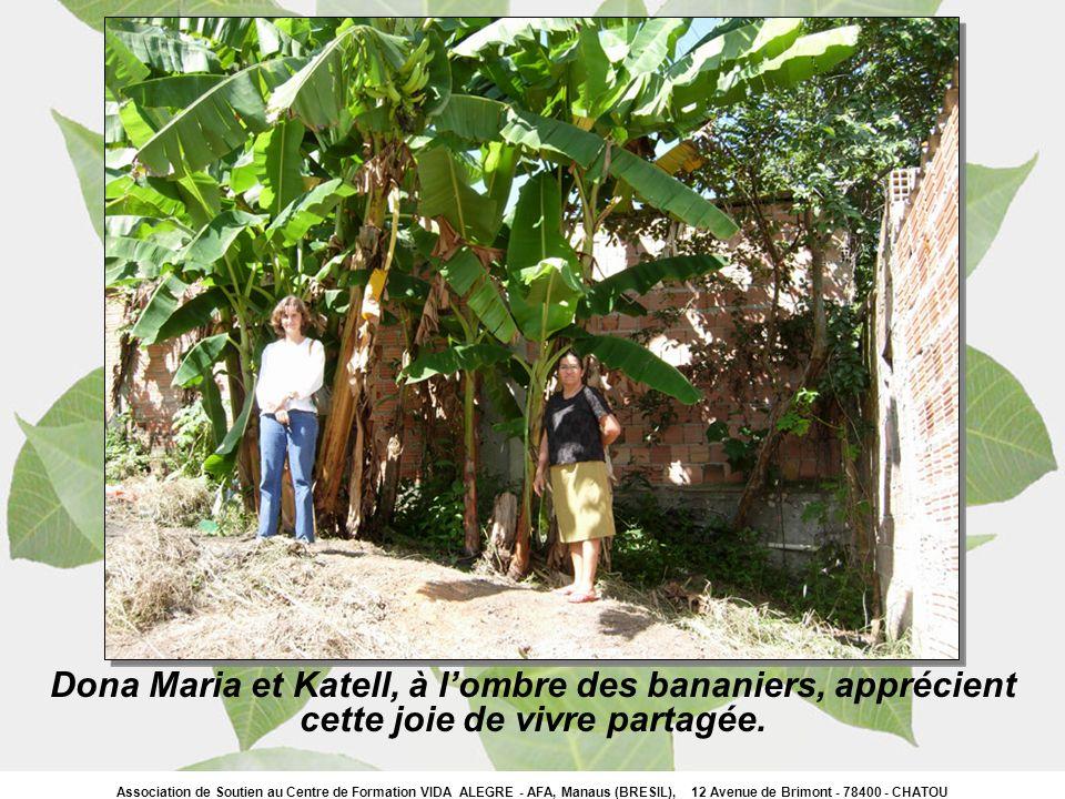 Dona Maria et Katell, à lombre des bananiers, apprécient cette joie de vivre partagée.