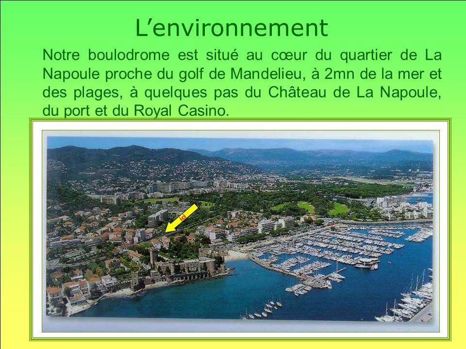 Notre boulodrome est situé au cœur du quartier de La Napoule proche du golf de Mandelieu, à 2mn de la mer et des plages, à quelques pas du Château de La Napoule, du port et du Royal Casino.