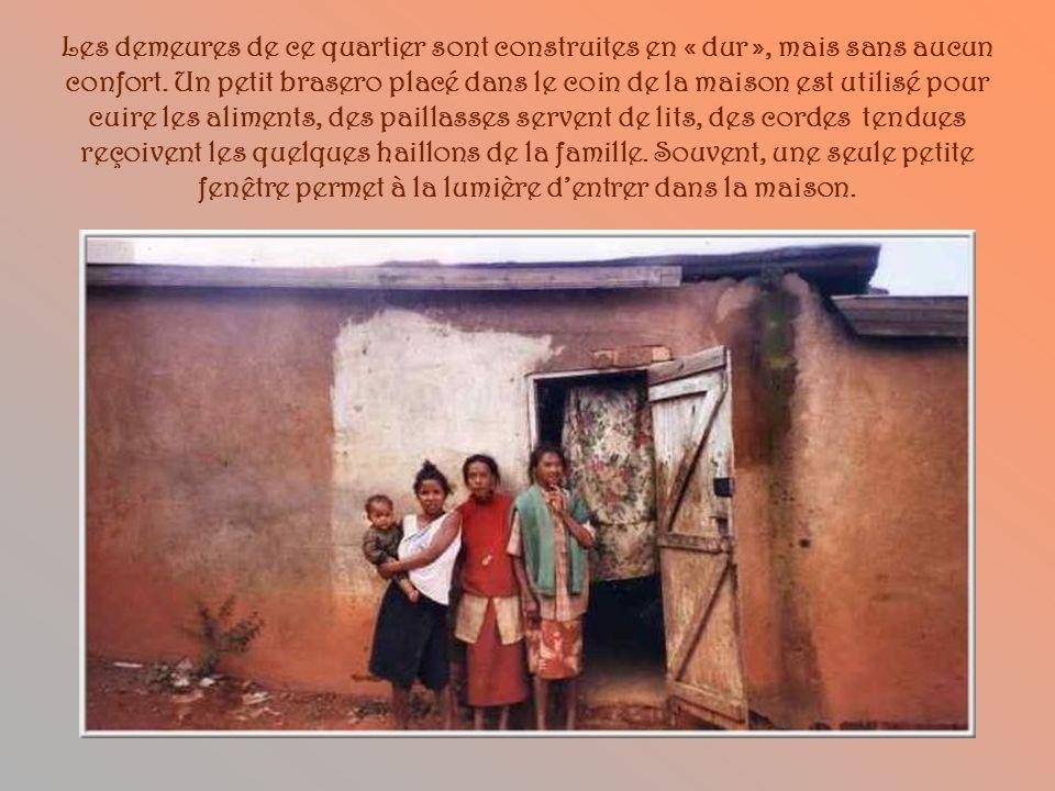 Ce quartier dAntananarivo, si beau au coup dœil, abrite surtout des familles nombreuses très pauvres. La proximité de leau apporte une grande humidité