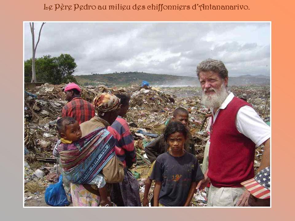 En 1989, le Père Pedro ne peut rester impassible devant la misère des milliers de sans-abri de la capitale qui vivent dans des conditions humaines rév