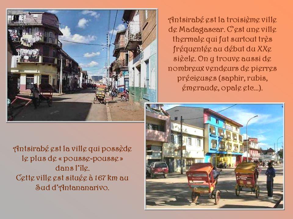 Une maison typique des faubourgs de la capitale. Le sol est en latérite ce qui explique la couleur rouge ocrée de toutes les routes et les maisons de