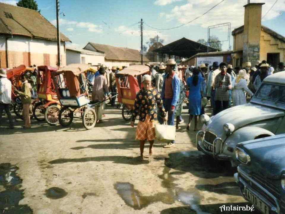 Antsirabé est la troisième ville de Madagascar. Cest une ville thermale qui fut surtout très fréquentée au début du XXe siècle. On y trouve aussi de n
