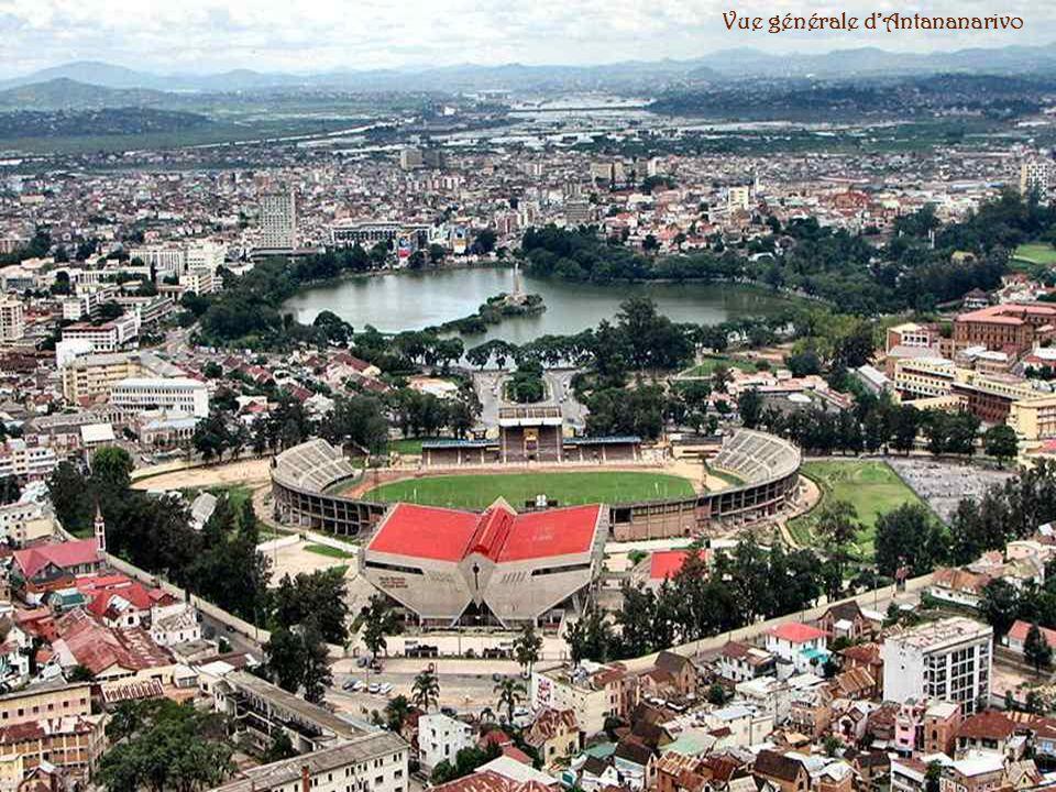 . Tananarive, appelée Antananarivo en malgache, est la capitale économique et politique de Madagascar et de sa province dAntananarivo. La ville fut to