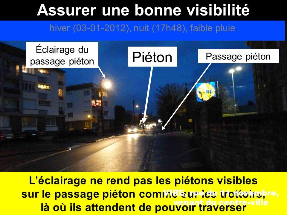 Assurer une bonne visibilité hiver (21-01-2012), nuit (21h30), temps sec VIRE, rue du 11 novembre, venant du centre-ville Piéton très peu visible quand il attend sur le trottoir
