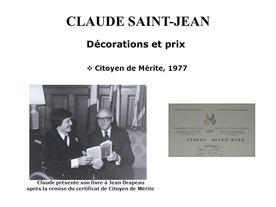 CLAUDE SAINT-JEAN Citoyen de Mérite, 1977 Décorations et prix Claude présente son livre à Jean Drapeau après la remise du certificat de Citoyen de Mér