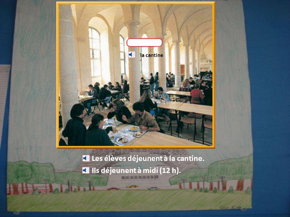 Les élèves déjeunent à la cantine. Ils déjeunent à midi (12 h). la cantine
