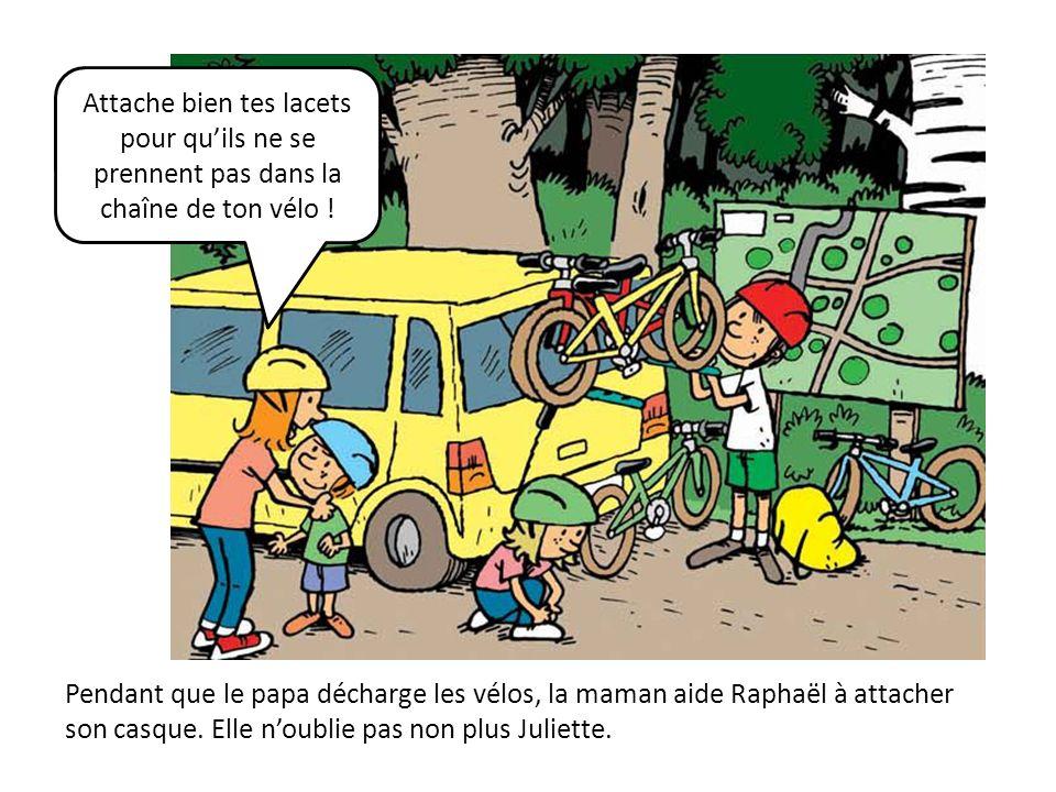 Pendant que le papa décharge les vélos, la maman aide Raphaël à attacher son casque. Elle noublie pas non plus Juliette. Attache bien tes lacets pour