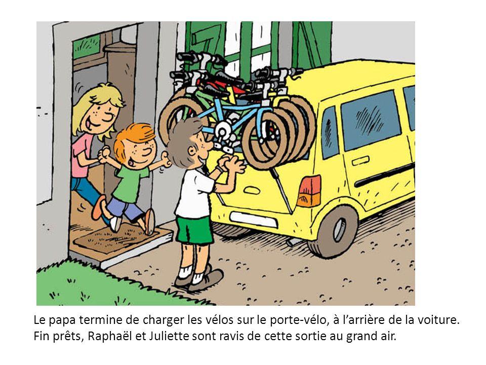 Le papa termine de charger les vélos sur le porte-vélo, à larrière de la voiture. Fin prêts, Raphaël et Juliette sont ravis de cette sortie au grand a