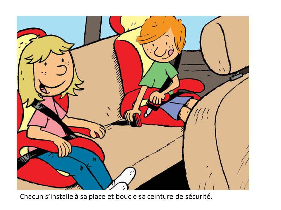 Chacun sinstalle à sa place et boucle sa ceinture de sécurité.