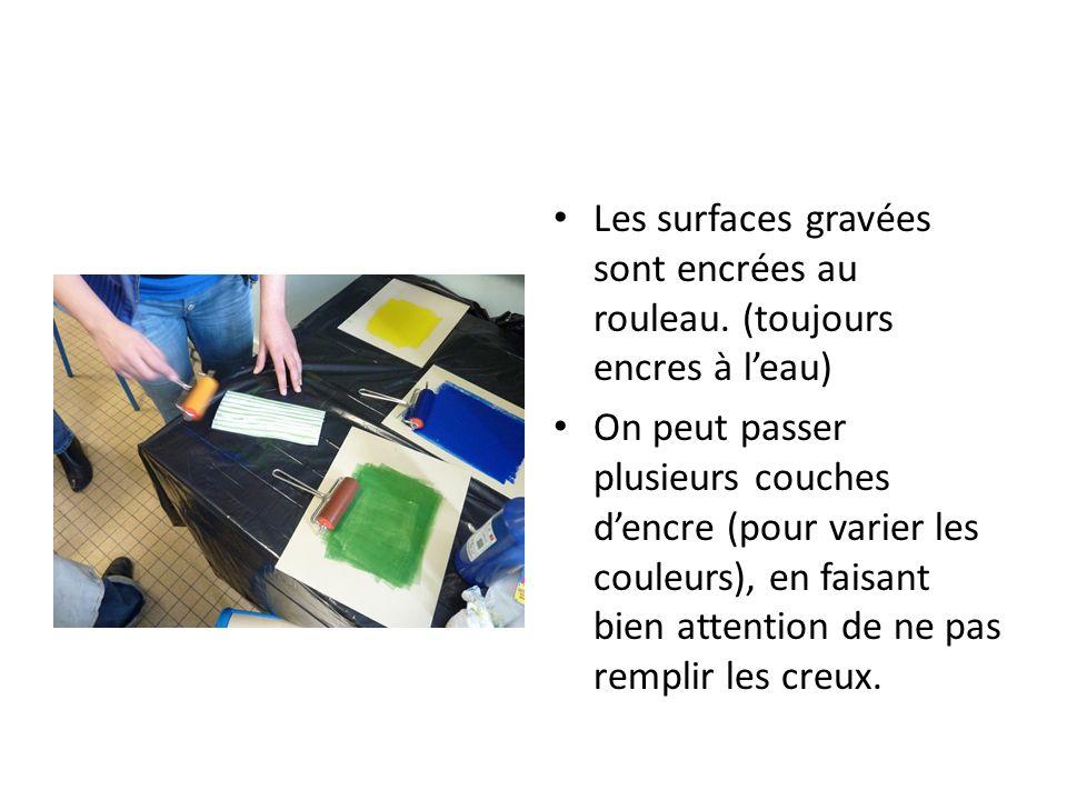 Les surfaces gravées sont encrées au rouleau. (toujours encres à leau) On peut passer plusieurs couches dencre (pour varier les couleurs), en faisant