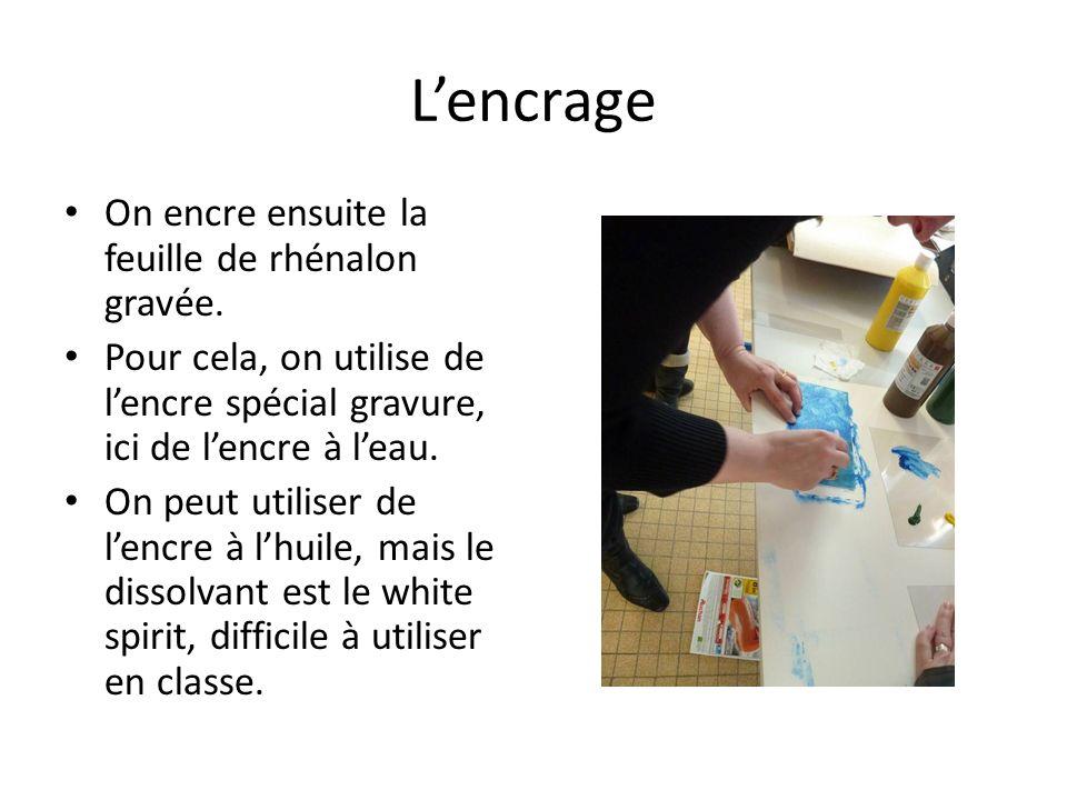 Lencrage On encre ensuite la feuille de rhénalon gravée. Pour cela, on utilise de lencre spécial gravure, ici de lencre à leau. On peut utiliser de le