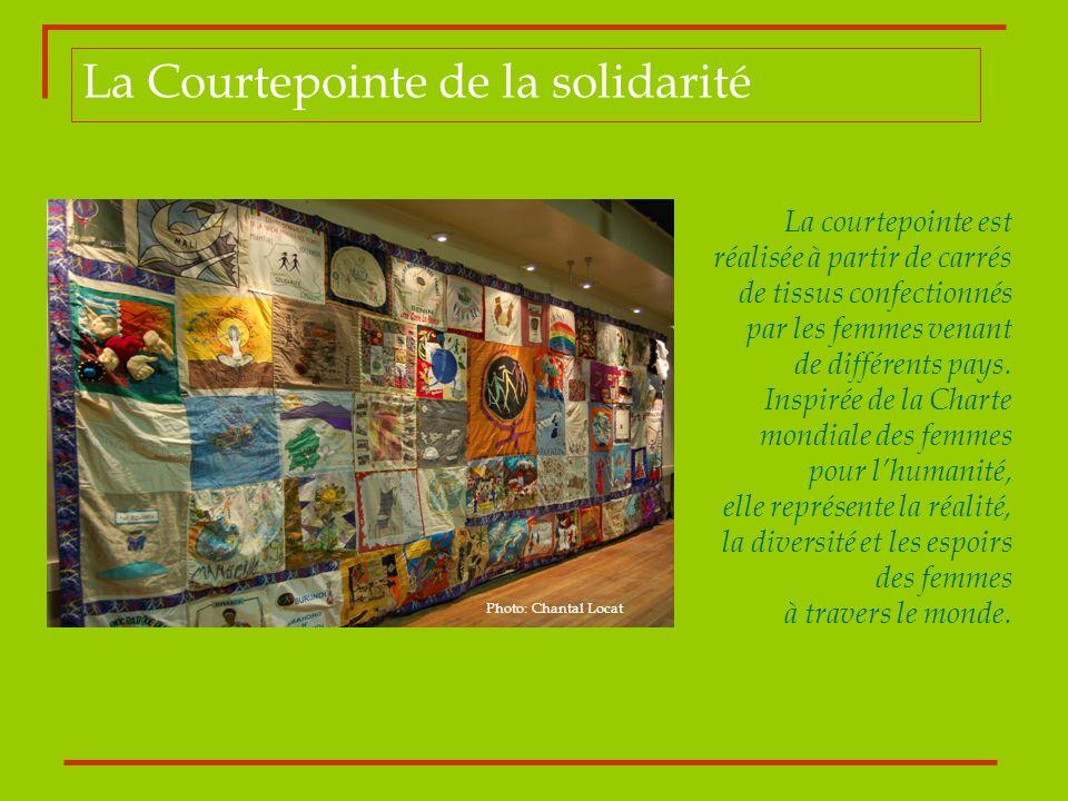 La Courtepointe de la solidarité La courtepointe est réalisée à partir de carrés de tissus confectionnés par les femmes venant de différents pays. Ins