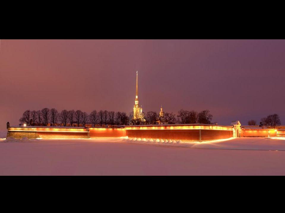 Saint Petersbourg Saint-Pétersbourg (en russe: Санкт-Петербург, Sankt-Peterbourg, est la plus grande ville de Russie par sa superficie (1 439 km 2 ) e